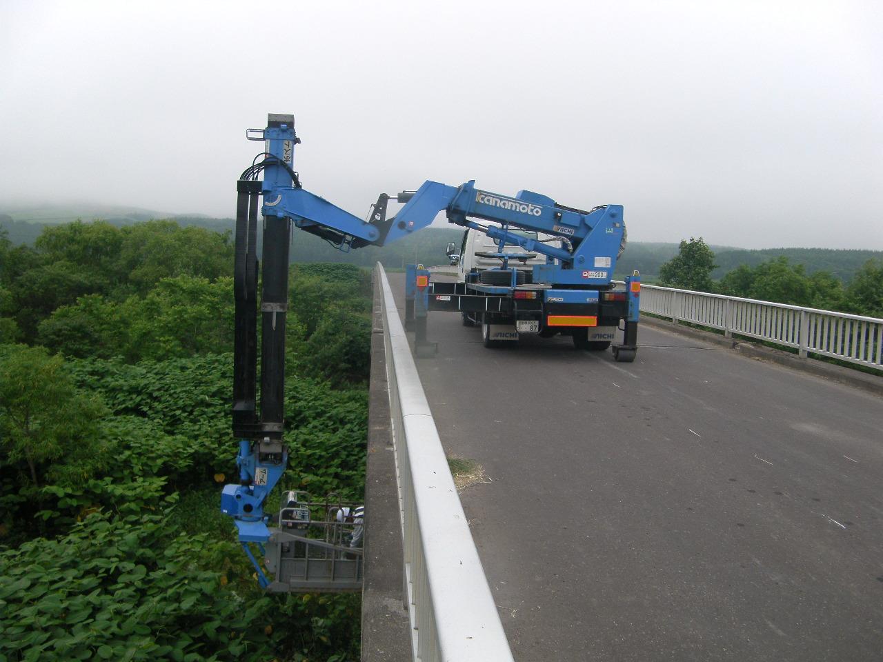 橋梁点検車による橋脚の調査
