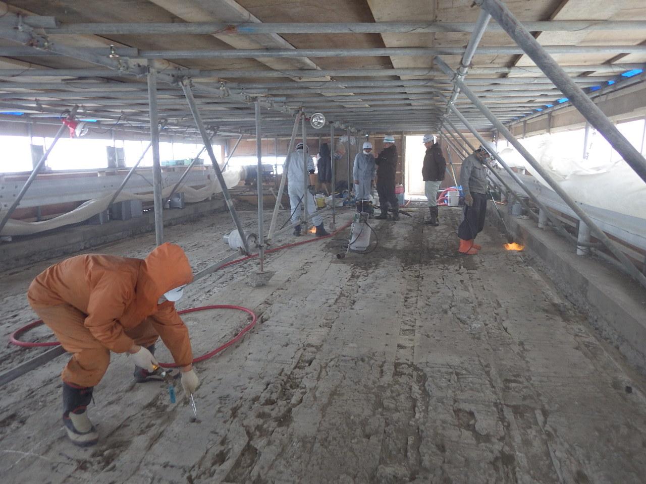 ひび割れの激しいコンクリート床版